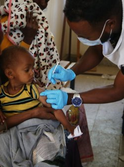 An MSF staff member vaccinates a child